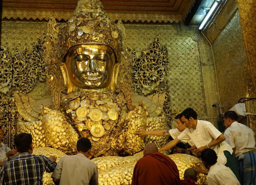 Hier dürfen nur Männer hinein und den Buddha mit Goldplättchen bekleben