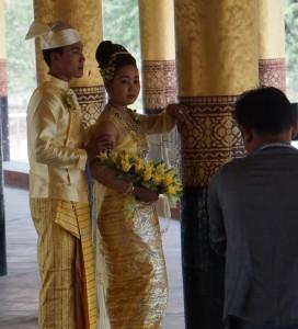 Posendes Brautpaar im Mandalay-Palast