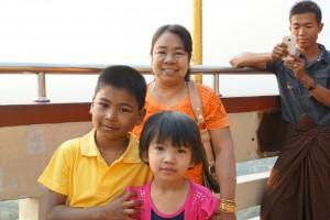 U Khanti Tazaung - Erst habe ich mich mit den Kinder fotografieren lassen und dann sind die Kinder dran ...
