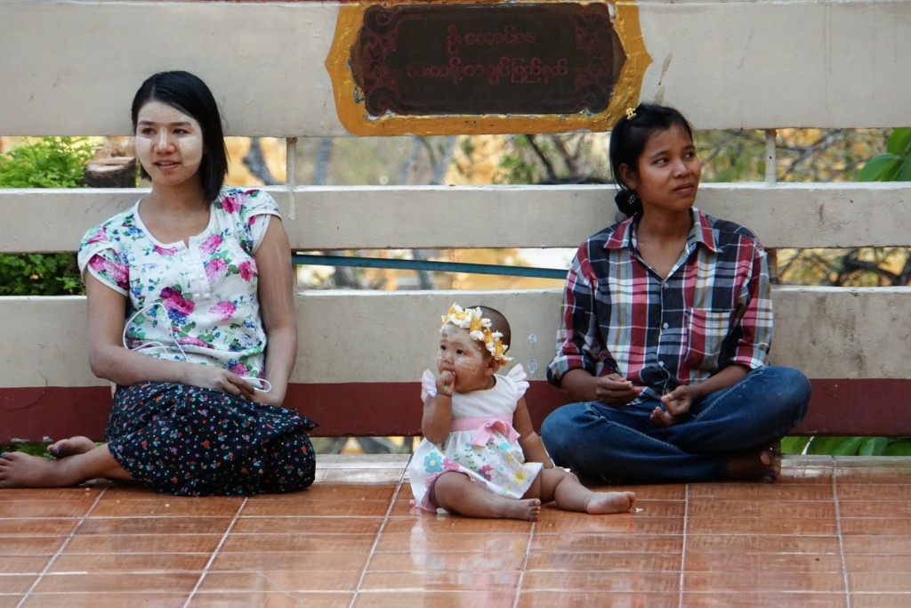 In der U Khanti Tazaung Halle auf dem Mandalay Hill - Warten auf den Sonnenuntergang