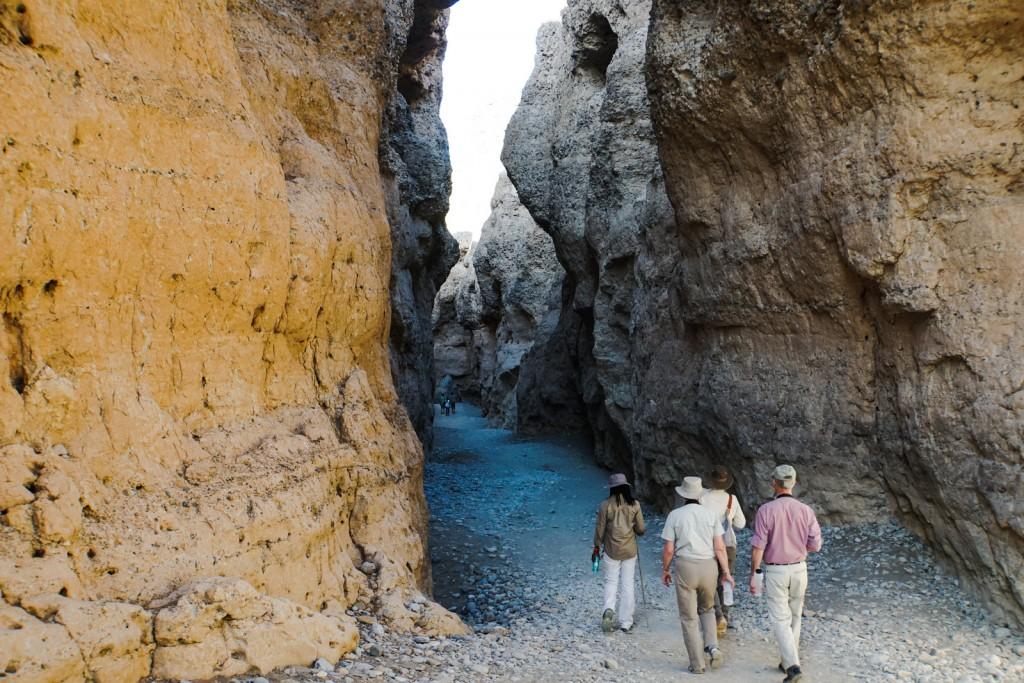 Mit Brian, Jean und unserem Guide Suama im Sesriem Canyon. Die Entstehung des Canyons liegt etwa 15 bis 18 Mio Jahre zurück.