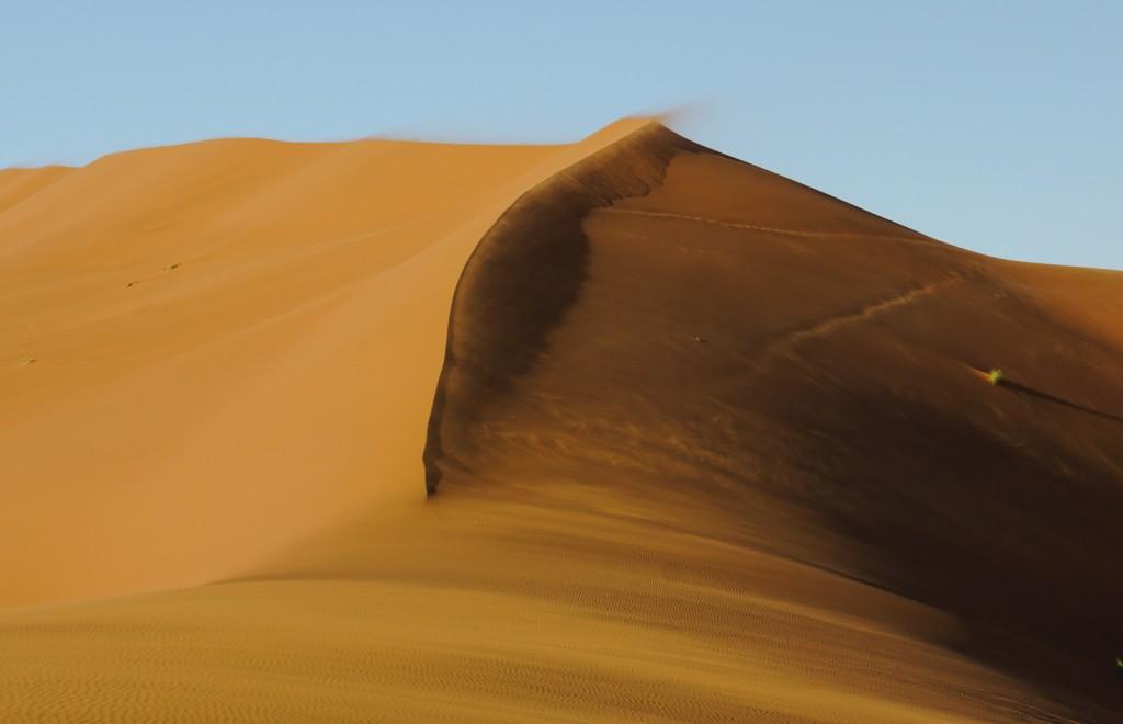Von unten ergibt das die tollen Filmaufnahmen, in denen der Sand über den Dünenkamm fegt, auf der Düne ist das einfach nur die Hölle.