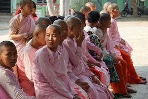 Weibliche Schüler in der Klosterschule in Sagaing