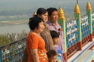 Soon-U-Ponya-Shin-Pagode - burmesische Familie posiert für das Familienalbum